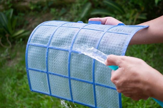 Czyszczenie zabrudzonego filtra klimatyzatora
