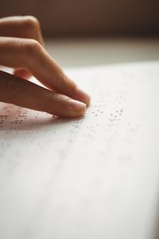 Czytaj braille'a z rękami