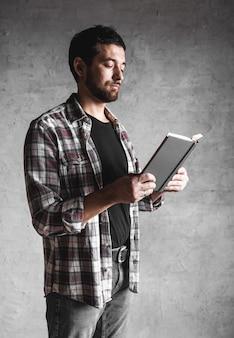 Czytający mężczyzna. książka w jego rękach. edukacja, rozwój, wiedza