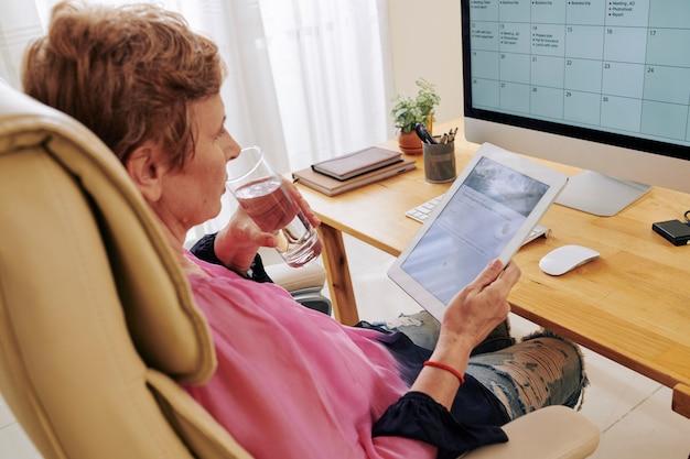 Czytanie artykułu interesu na tablecie