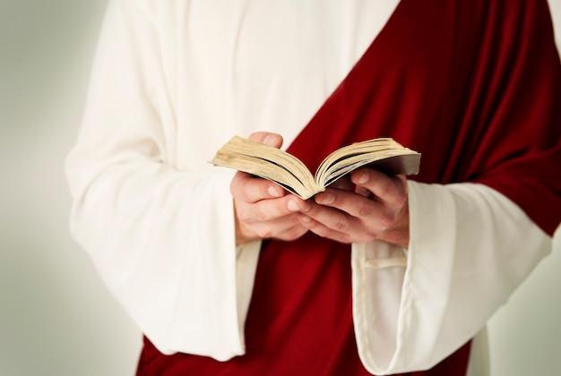 Czytanie bardzo starej świętej biblii