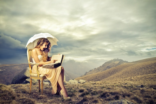 Czytanie kodeksu w fotelu