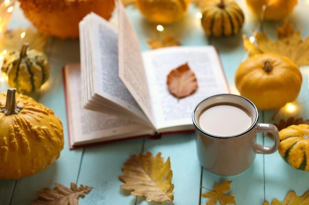 Czytanie książek o jesieni