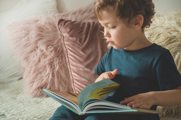 Czytanie książki dla dzieci
