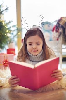 Czytanie książki na święta bożego narodzenia
