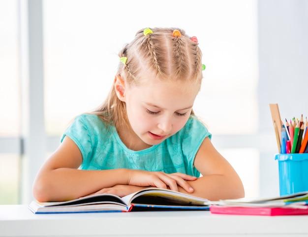 Czytanie książki uczennicy
