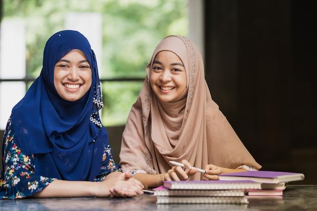 Czytanie książki ucznia muzułmańskiego