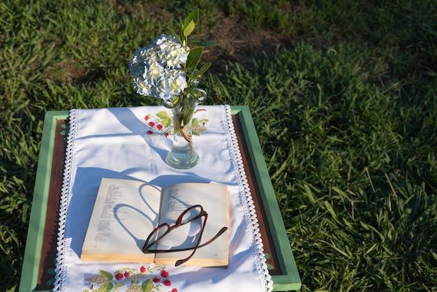 Czytanie książki w parku to przyjemność ze stołu koncepcyjnego spokoju