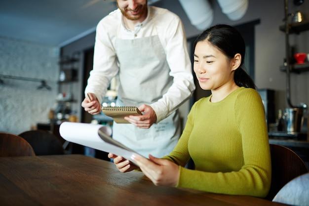Czytanie menu w restauracji