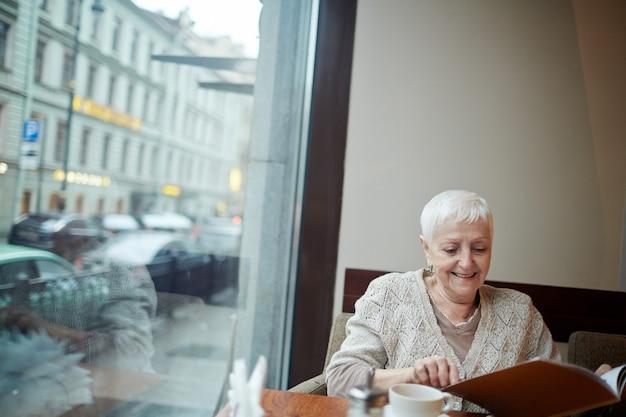 Czytanie w kawiarni