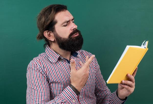 Czytanie wiersza. poetycki człowiek z brodą czytając książkę. proces studiowania. edukacja nieformalna. uczeń w klasie szkolnej na lekcji literatury. zdać egzamin. nauka przedmiotu.