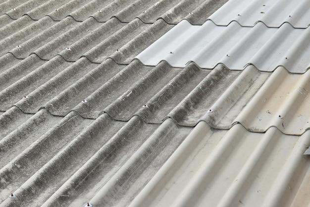 Dach azbestowy w tle
