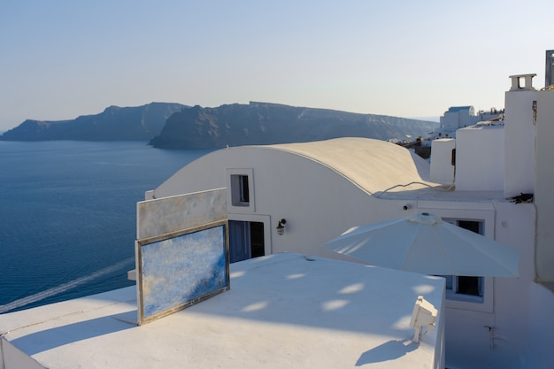 Dach hoteli na tle morza śródziemnego na wyspie santorini, wioska oia.
