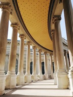 Dach i kolumny muzeum historii naturalnej w marsylii w świetle słonecznym we francji