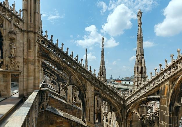 Dach katedry w mediolanie (lub duomo di milano). budowa rozpoczęła się w 1386 roku, ale zakończyła się dopiero w 1813 roku.