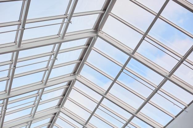 Dach nowoczesnej zabudowy. szklany sufit sfotografowany od wewnątrz. centrum handlowe. współczesna architektura vintage