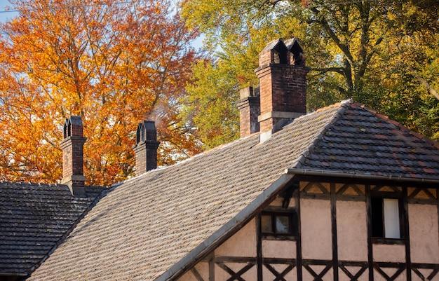 Dach starego domu o konstrukcji szachulcowej w stylu xix wieku w dolnośląskiej wsi