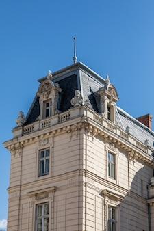 Dach stary budynek przed niebieskim niebem w dnia czasie