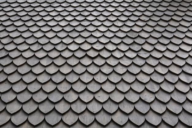 Dach z fakturą płytek z płatków drewnianych, ułożonych w gładkich rzędach.