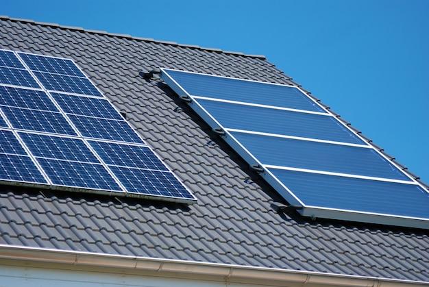Dach z fragmentami paneli słonecznych