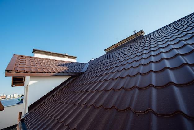 Dachówka dwupiętrowego białego domku