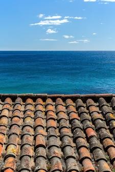 Dachówka i błękitne morze