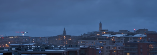 Dachy domów turku są w sumie szare z chmur z szarością z chmur nieba w tle.