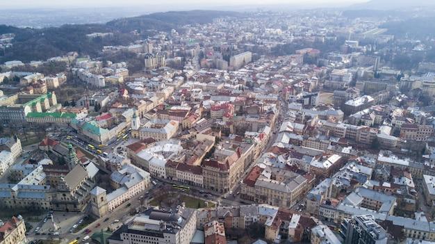 Dachy starego miasta we lwowie na ukrainie w ciągu dnia. magiczna atmosfera europejskiego miasta. punkt orientacyjny, ratusz i główny plac.