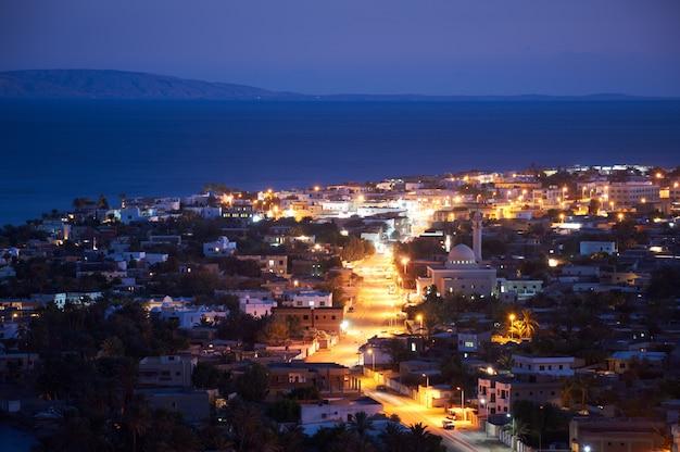 Dahab to małe miasteczko na południowo-wschodnim wybrzeżu półwyspu synaj w egipcie w nocy