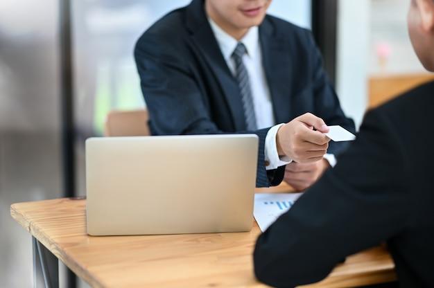 Daj pustą kartę telefoniczną gościowi zbliżenie strzelając z biznesową rozmową.