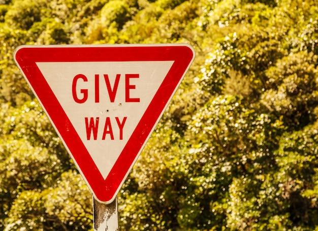 Daj way triangle shape street traffic sign na wiejskiej drodze