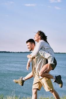 Dając dziewczynie barana na wybrzeżu