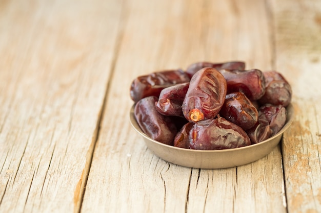 Daktylowe owoce palmy to jedzenie dla ramadanu lub medjool. pyszne suszone daktyle owocowe o słodkim smaku i dużej zawartości błonnika.