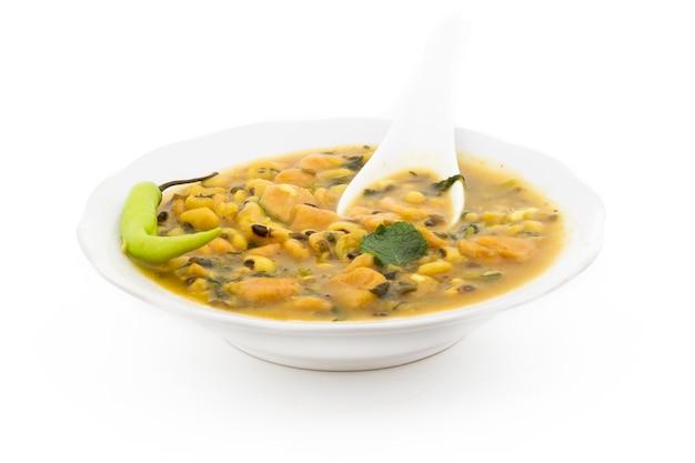 Dal dhokali - indyjskie danie z fasoli kanaryjskiej, moong dal i mąki pszennej