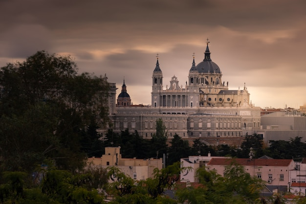 Daleki wygląd od katedry almudena w madrycie, hiszpania.