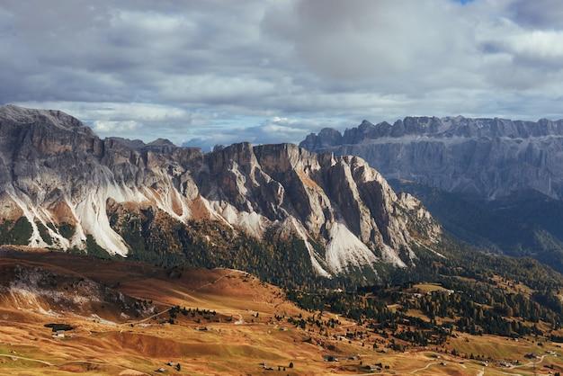 Daleko. wspaniałe wzgórza dolomitów seceda w ciągu dnia.