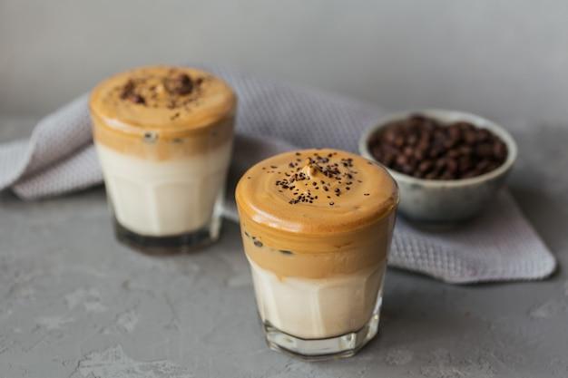 Dalgona bita kawa, rozpuszczalna, śmietankowa, mrożona