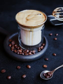 Dalgona coffee, modna, chłodna, puszysta, kremowa bita kawa