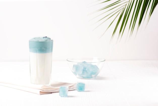 Dalgona latte w kolorach motyla z niebieskim groszkiem.