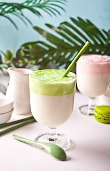 Dalgona matcha i truskawkowa latte