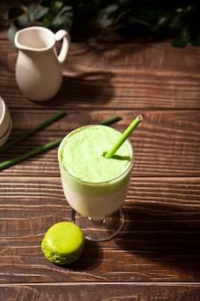 Dalgona matcha latte, kremowa bita zielona herbata matcha z rośliną na powierzchni
