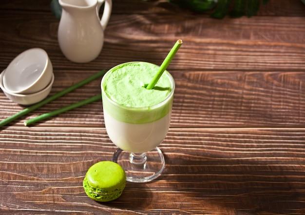Dalgona matcha latte, kremowo ubijana zielona herbata matcha.