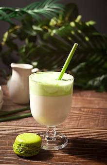 Dalgona matcha zielona herbata latte