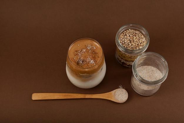 Dalgona misugaru latte i składniki na brązowym tle koreański popularny napój śniadaniowy