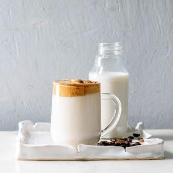 Dalgona pienisty kawowy trend koreański napój mleczny latte