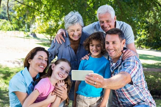 Dalsza rodzina bierze selfie w parku