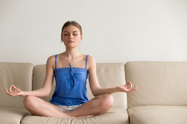 Dama robi joga ćwiczeniom w domu w ranku