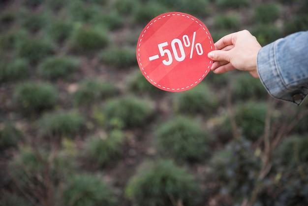 Dama trzyma czerwonego sprzedaż znaka