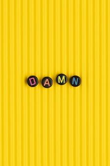 Damn koraliki tekst typografia na żółto