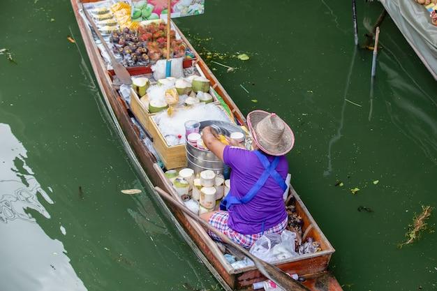 Damnoen saduak pływający targ w pobliżu bangkoku w tajlandii